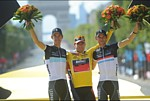 Le podium final du Tour de France 2011: Andy Schleck, Cadel Evans, Frank Schleck